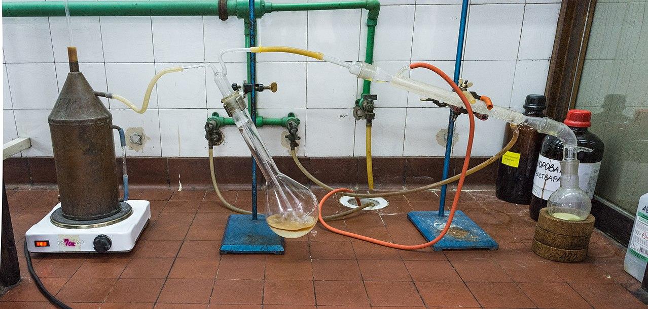 Difference Between Steam Distillation and Hydrodistillation